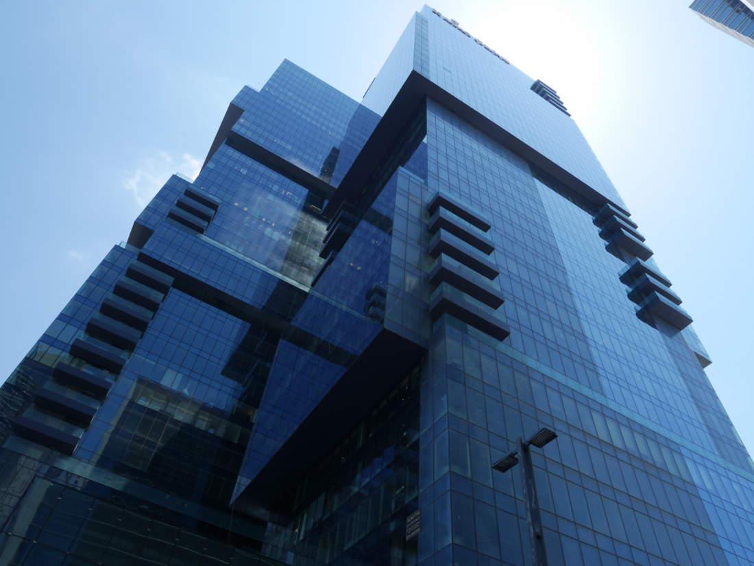 משרד עם נוף לים ממגדלי הארבעה המפוארים.