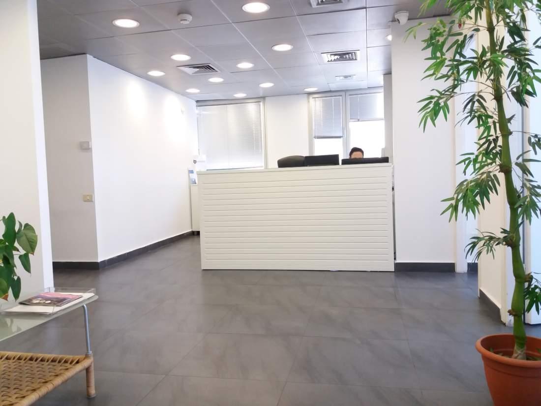 משרד בבניין משרדים קטן וייצוגי על מחלף השלום.
