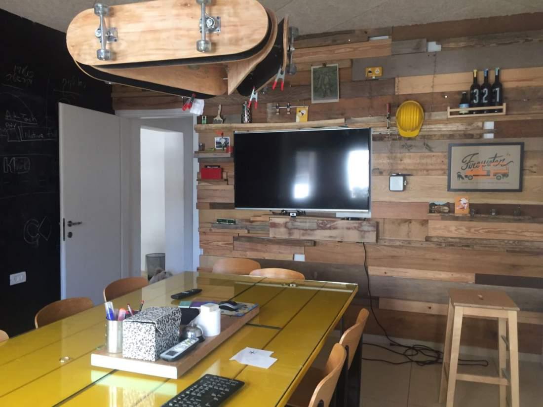 בהזדמנות משרד בבניין עצמאי קטן עם גג על שדרות רוטשילד.