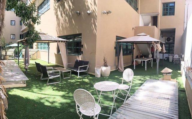 בניין משרדים עצמאי לשימור עם חצר יפה וגדולה.