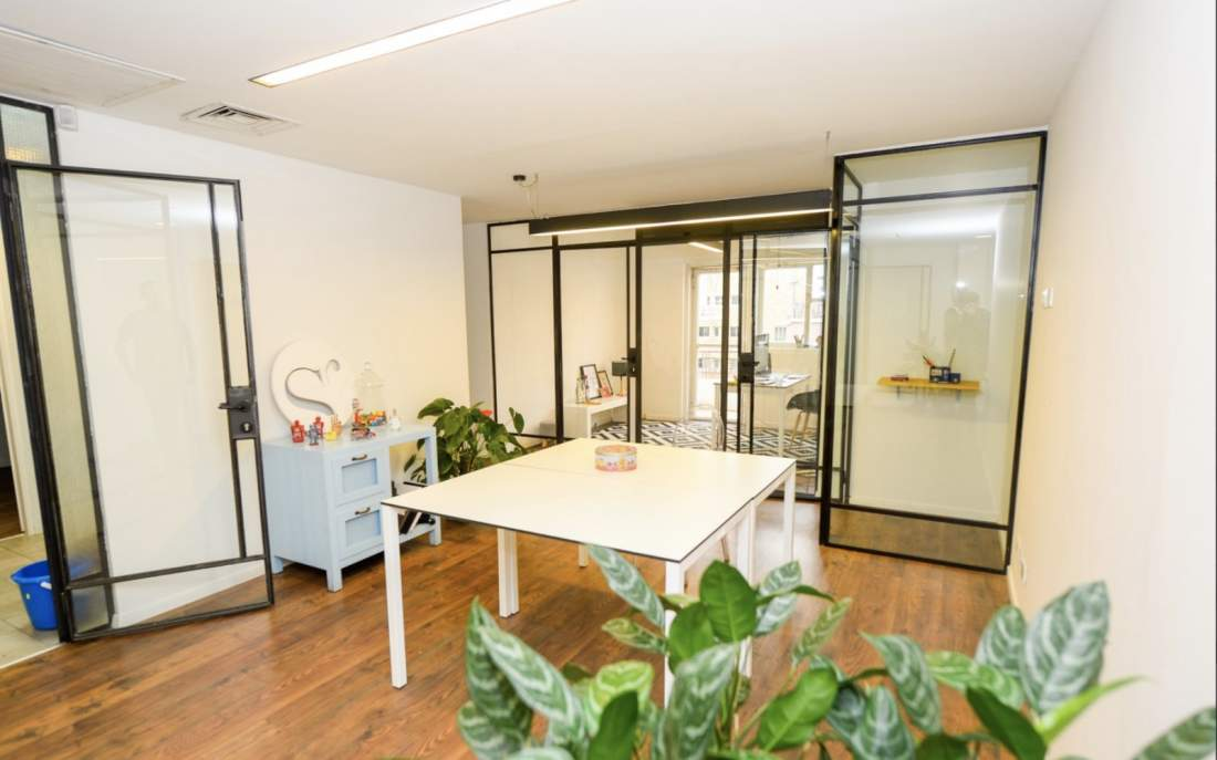 משרד נעים להשכרה בבניין לשימור על השדרה.
