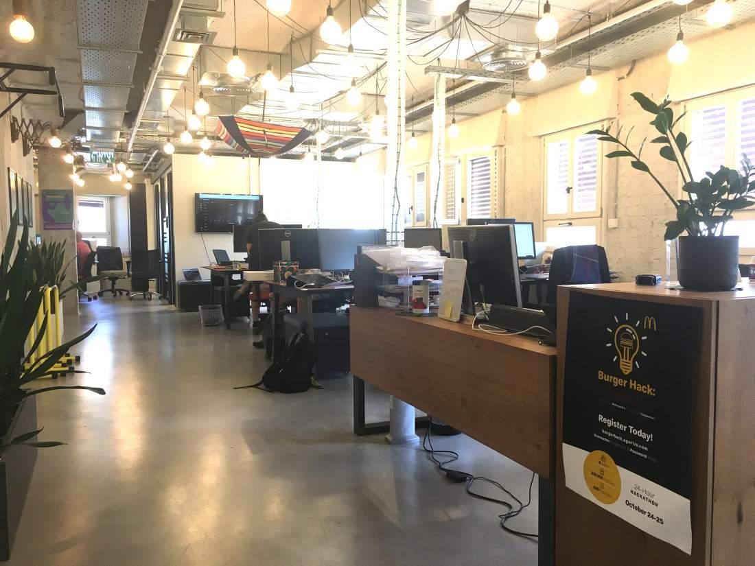 קומת משרדים מהממת בבניין בוטיק ליד מחלף השלום 830 מ״ר.