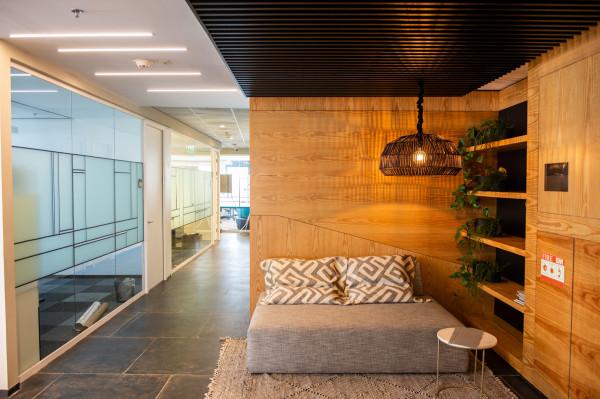 1630 מ״ר מרוהט plug&play קומה שלמה במגדל משרדים חדש.
