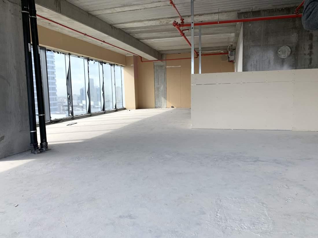 רבע קומה, 277 מ״ר להשכרה במגדלי הארבעה בתל אביב.