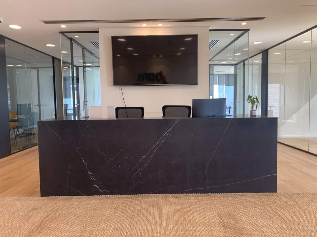 משרד מדליק בקומה גבוהה במגדל משרדים חדש צמוד לרכבת השלום.