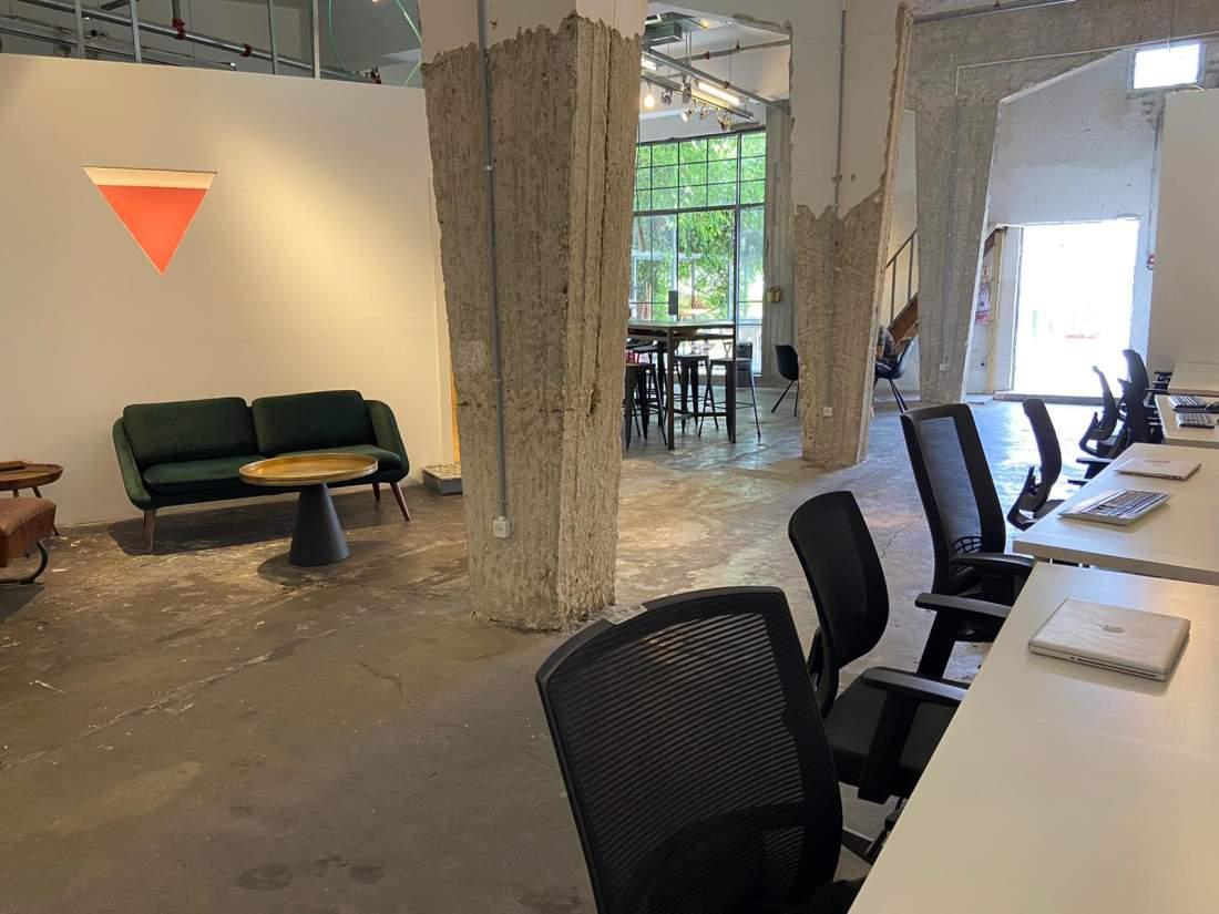 משרד ייחודי באיזור דרום תל אביב המתפתח עם תקרות גבוהות וגג ענק.