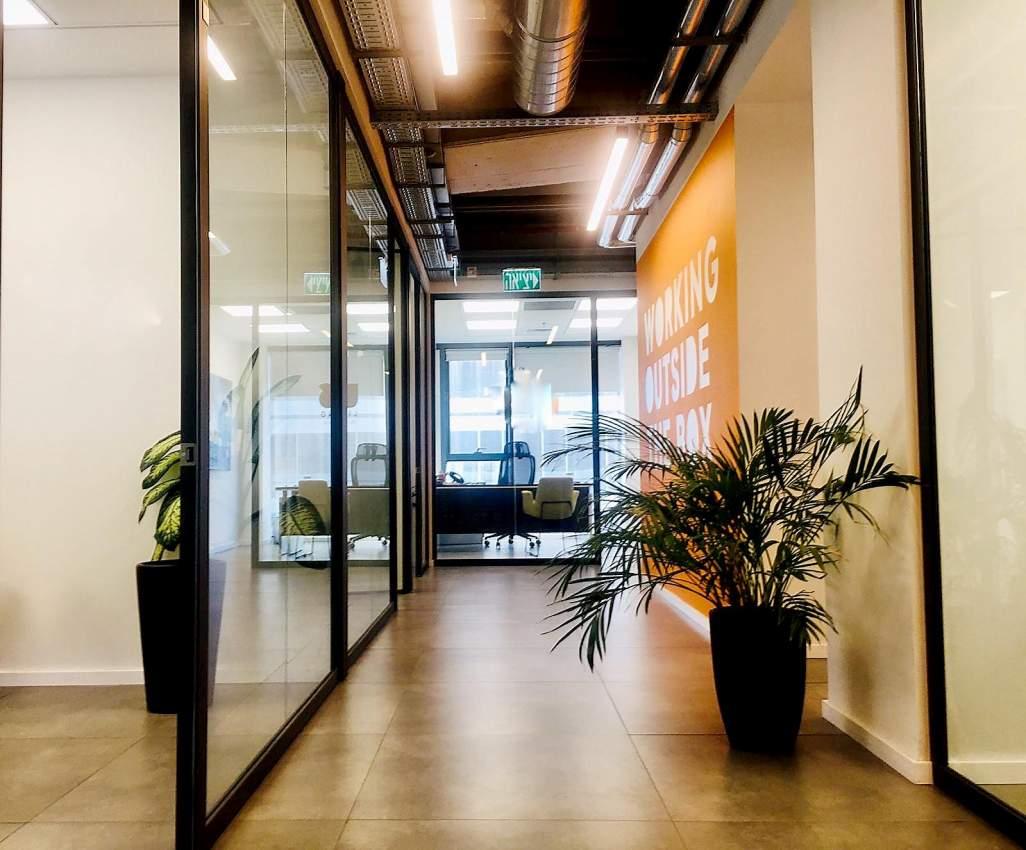 משרד חדש בקומה גבוהה ליד רכבת השלום עם נוף לים