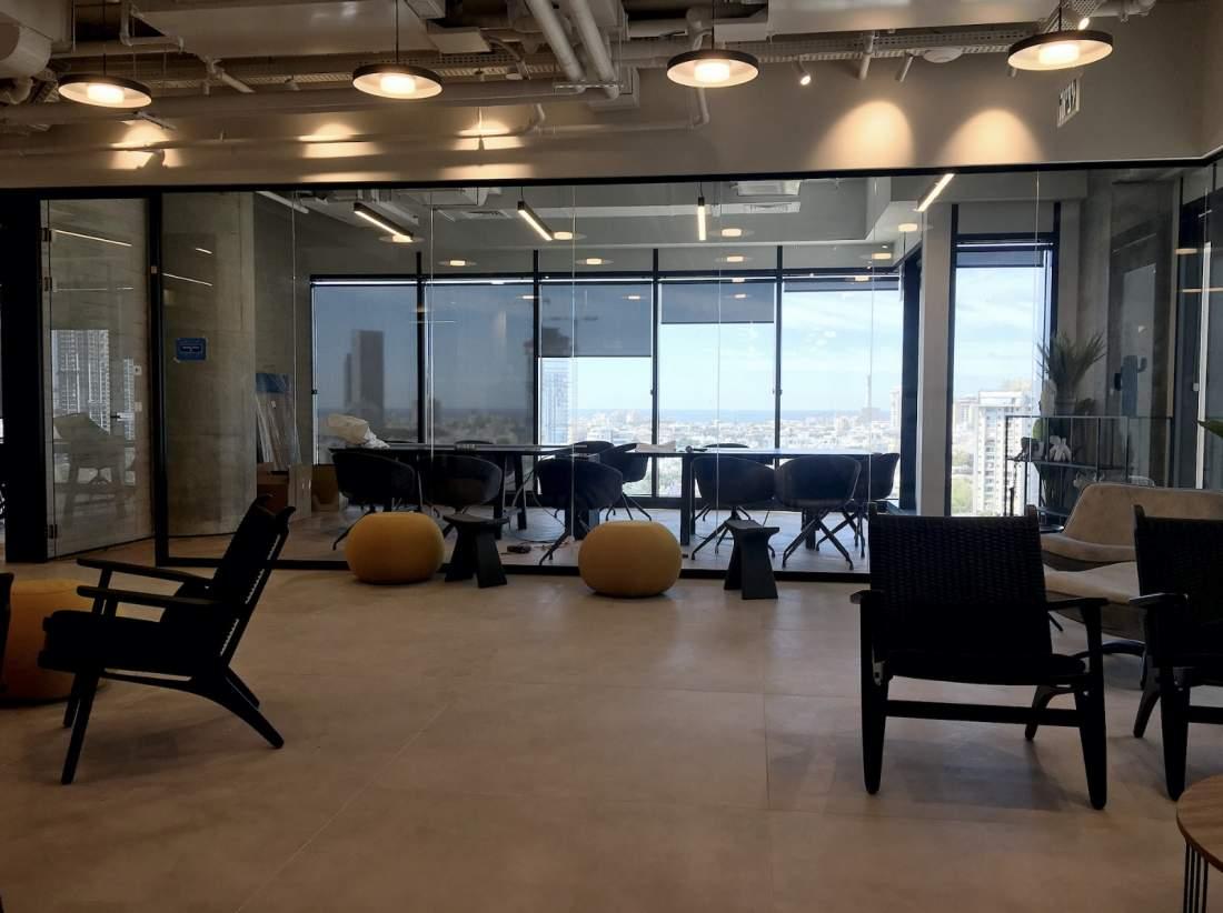 במגדל משרדים חדש ליד רכבת השלום, קומה מטריפה עם נוף למערב.