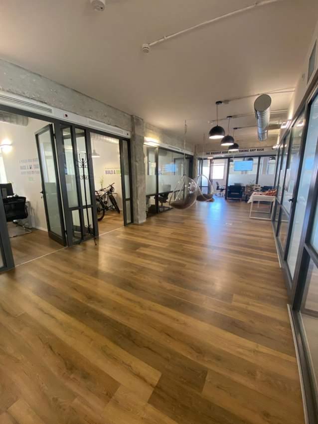"""משרד בעיצוב צעיר בבניין עצמאי קטן בת""""א"""