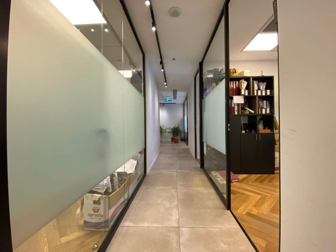 להשכרה בארבעה ליד שרונה מרקט, משרד ברמת גבוהה עם נוף למערב.
