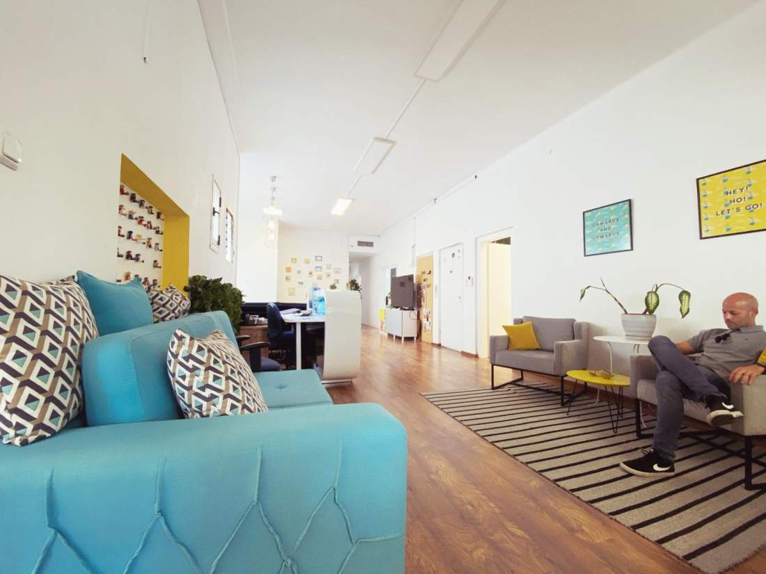 משרד בבנין מקסים בסגנון באוהאוס על רוטשילד.